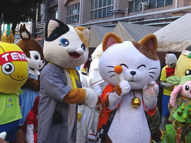 小江戸蔵里キャラクタまつりで招き猫とツーショット