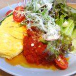 幸せの配色「自家製トマトソースのオムライス」〜Cafe オーマチ〜